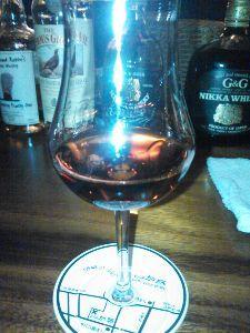 広島県内で、飲みませんか?  このグラスに注がれたのは、 ラム酒です。  「バー加藤」さんで頂きました。 流石の一品でした~