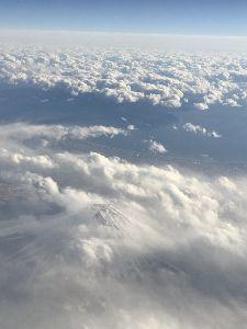 A型 ○さん、かまくらは2月15日と16日だとか。  今日は富士山の北側を飛んで福岡に。 富士山、雲の中か