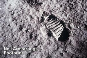 4502 - 武田薬品工業(株) 「月面着陸から50年」  アポロ11号のアームストロング船長と オルドリン飛行士が最初の足跡を残した