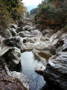 ***小さなしあわせ***     それでは、また、 絶景の旅の「中津渓谷」に、戻ります。       渓谷の道を、紅葉も見なが