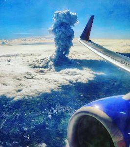 ■『続・日本沈没』ー映画化計画■ 4月14日、南米コスタリカのポアス火山(2708m)が噴火。 旅客機に搭乗中の米国のカメラマン が撮
