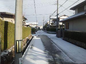 50代の初心者です,いかがですか、書いて 雪が降りました。 現在の自宅前から写してみました。