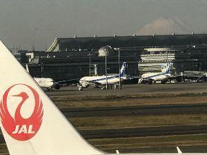 9201 - 日本航空(株) さて、今週も福岡出張。 ただ今、JALサクララウンジ@羽田空港。  いつもの席で、いつものレッドアイ
