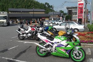 バイク仲間募集 らくちゃんデス 暑中お見舞い申し上げます。 連日の暑さに 太陽の日差しと アスファルトの照り返し ス