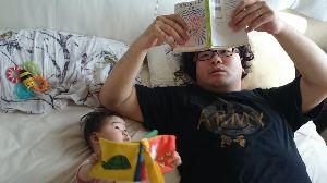 我らが落合フクシを応援しよう^^ 帰宅後二人で読書 pic.twitter.com/6QweAsAeU1