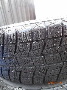 スタッドレスタイヤ付きホイル探してます 夏用タイヤに比べれば、積雪状態で十分使用出来るかと思います。 写真を添付しますのでご判断下さい。