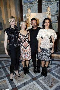 ジェニファー・コネリー ケイトブランシェット、ミッシェルウィリアムズとの写真もあります。 ジェニファーとケイトはかなり背が高