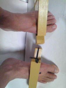足の骨上に存在する二つの万能ツボについて いつも乳突筋部へ10本程置鍼(刺したまま置いておくこと)しておくのだが刺激に慣れて しまって効果が現