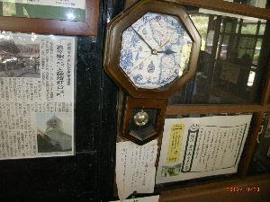 *** ディジカメ散歩 *** 「真幸駅の古い柱時計」 です。  皆さん、  こんばんは。  ーー 「真幸駅の古い柱時計」 です。