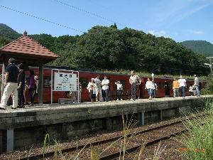 *** ディジカメ散歩 *** 「観光列車から降りた乗客たち」です。  皆さん、  こんばんは。  ーー 「観光列車から降りた乗客た