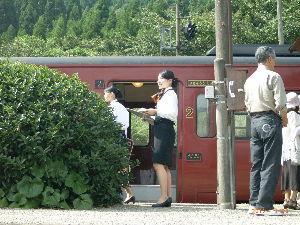 *** ディジカメ散歩 *** 「観光列車のガイドさんたち」です。  皆さん、  こんばんは。  ーー 「観光列車のガイドさんたち」