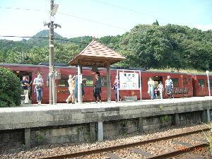 *** ディジカメ散歩 *** 「観光列車の乗客が降りてきました。」  皆さん、  こんばんは。  ーー 「観光列車の乗客が降りてき