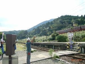 *** ディジカメ散歩 *** 「真幸駅のお出迎え」 です。  皆さん、  こんばんは。  ーー 「真幸駅のお出迎え」 です。  列