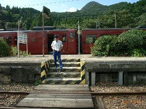 *** ディジカメ散歩 *** 「観光列車の職員さんのようです。」  皆さん、  こんばんは。  ーー 「観光列車の職員さんのようで