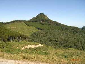 *** ディジカメ散歩 *** 「2等辺三角形に見える ぼろ石山」です。  皆さん、  こんばんは。  ーー 「2等辺三角形に見える