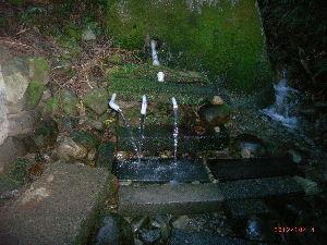 *** ディジカメ散歩 *** 「山水の採取所」 です。  皆さん、  こんにちは。  ーー 「山水の採取所」 です。  飲水として