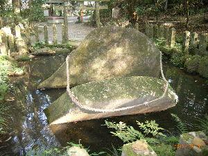 *** ディジカメ散歩 *** 「東霧島神社の神石」です。  皆さん、  こんばんは。  ーー 「東霧島神社の神石」 です。  伝説