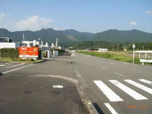 *** ディジカメ散歩 *** 「コカ・コーラ工場の近くの山」です。  皆さん、  こんばんは。  ーー 「コカ・コーラ工場の近くの