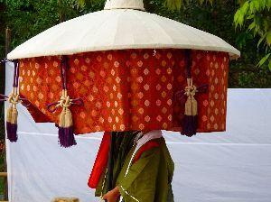 皆様散歩してますか。 こんにちは、今日は気温も下がり肌寒いです。  京都の一枚葵祭から。