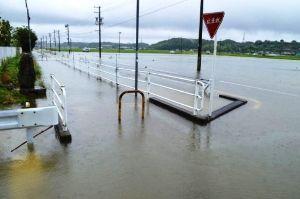 サロン浜名湖ღ❤ღ´ェ`*)・・・・・。 今晩は、  活発化した前線が本州付近に停滞した影響で、静岡県内は6日未明から、山沿いを中心に雷を伴っ