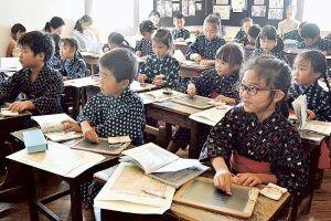サロン浜名湖ღ❤ღ´ェ`*)・・・・・。 磐田市の国指定史跡旧見付学校で3日、明治、大正期の授業の体験会が開かれた。かすりの着物に身を包んだ市