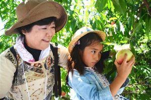 サロン浜名湖ღ❤ღ´ェ`*)・・・・・。 静岡市は30日、旬の地元食材に親しむ「旬穫祭」を駿河区広野で開いた。市内の親子ら24組が参加し、露地