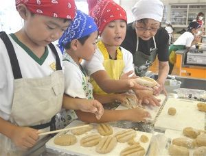サロン浜名湖ღ❤ღ´ェ`*)・・・・・。 今晩は、  湖西市立新居小は21日、地元の住民から郷土菓子作りや浴衣の着付けを学ぶ授業「名人にチャレ