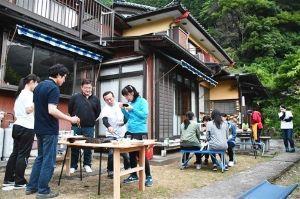 サロン浜名湖ღ❤ღ´ェ`*)・・・・・。 今晩は、  浜松市天竜区水窪町の活性化に協力する静岡県立藤枝北高の生徒が、同町の空き家を活用した民宿