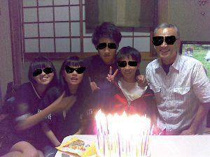 幸せな中高年のお方、おいで下さいませ。 今日は私の誕生日♪ 昨晩、娘と孫たちがお祝いに来てくれた。 孫Ⅰの発案で、ケーキに年の数のロウソクを