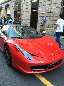 6079 - (株)エナリス ミラノのモンテナポレオーネ通りに停車中の車は超高級車ばかり。皆さん、エナリスでゲットして下さい。私は
