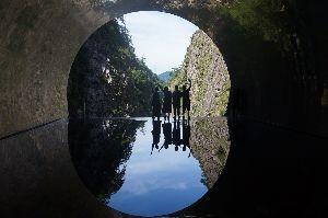 山を歩くのが好きです。 その3 そのトンネルを700m程歩くと、作品の「パノラマステーション」云わば水鏡で渓谷と逆さ渓谷