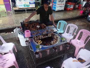 カンチャナブリ 久々にペタリ  ヤンゴンの街中によくあった屋台です 日本でいう【もつ】かな?? ホルモン 豚の内臓