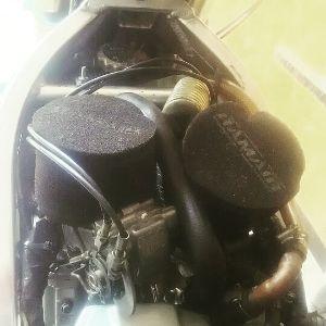 いつまでバイクで走り続けられるか・・・ こんばんは~ 今日は昼間ガレージでブロスの変身の続きをやってました。 FCR本固定し、クーラント交換