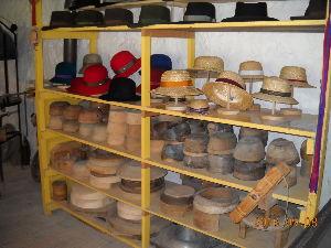 2012年ヨーロッパの田舎の旅 1 続き    写真28:帽子工房   麦わら帽子から紳士帽子までいろいろあるが、数万円もする高価なもの