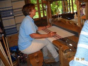 2012年ヨーロッパの田舎の旅 1 続き   写真29:機織り工房  係の女性が機織り機でテーブルクロスを織っている。   小さなものは