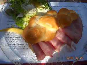 2012年ヨーロッパの田舎の旅 1 続き   チーズ工房(写真はない)では、ご夫婦がチーズをお土産に買われた。次いで、パン工房のレストラ