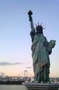 今日も有難う すみれさん こんばんは~  写真は江ノ島ですよぉ~ よく見る写真と違う角度からだし、橋にかぶってわか