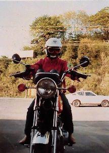 夫婦ふたりでツーリング -  40年位前の  ホーク  CB250T の  写真です。  ハンドルの 風車の 玩具が、飛ばさ