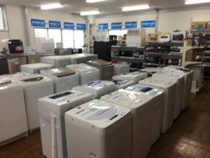 3093 - (株)トレジャー・ファクトリー そうそう、品揃えの写メ 洗濯機だけでこんなにありましたよ。  物も良さそうで、壊れたらここで買うのは