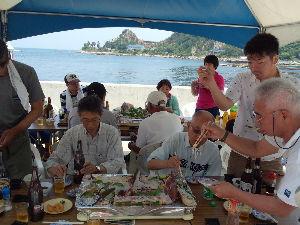 ヨットに興味ある人、この指、とまれ!! 日曜日に4艇28人で島に食事に行きました。  年少1歳、写真のこちらを向き手の陰に写っているの人が今