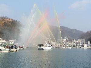 ヨットに興味ある人、この指、とまれ!! 岡山県で日曜日に行われた放水合戦を観戦して来ました。 海の上で水の掛け合いですが、出初式です。 朝は