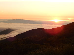 浅草発・ぶらりハイキング、山旅日記 体にカビが生えそう、山さ行かねば~  朝日連峰ご来光と雲海、滝雲、ア~ア…  朝日は必