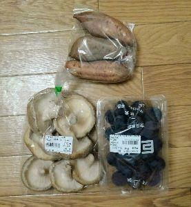 三畳台目⁂夜咄 帰りに道の駅に寄って、安納芋と巨峰、巨大椎茸買ってきたです。〆て700円ほど。お安い^^ 芋は大学イ