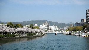 でたらめ☆ファンタジー 今日は雨に強風まで重なって、桜は終わってしまいそうです。  今朝の写真の対岸から原爆ドームが見えるも