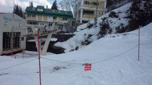 6040 - 日本スキー場開発(株) 大変残念な報告をします。 今シーズンは雪解けが早い。 写真はゴンドラ麓駅の状態です。 白樺ゲレンデか