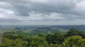 もう良いじゃないか。 羽黒山の展望台から東京方面を眺める。空は台風が残して行った厚い雲におおわれている。視界も悪い。秋から