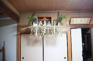 県北より〜女性です  もう1枚アップします。   神棚で、大きい須家には、伊勢神宮と出雲大社、それに地元の八幡神社を祀っ