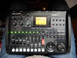 MTR(マルチトラック・多重録音)で音楽作っている人いますか? このZoom R8も持ち運びに便利。これはいろいろな機能がついている。 リズムマシンもついてる。(私