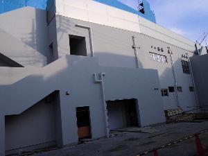東急池上線愛好会 建て替え中の東急ストア雪が谷大塚店の裏側はかなりできています。 隣の三井住友銀行にニチイ系の保育園が
