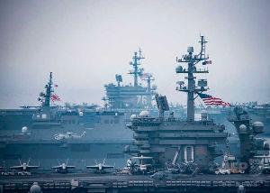 4274 - 細谷火工(株) 日本海の朝鮮半島沖で行われた自衛隊と米軍の共同訓練に臨む、米原子力空母カール・ビンソン(写真手前)お